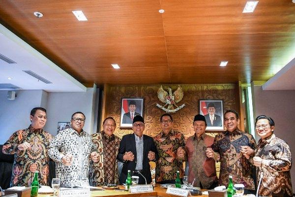 Ketua MPR Zulkifli Hasan (keempat kiri) saling bergandengan tangan dengan Wakil Ketua MPR (dari kiri ke kanan) Ahmad Basarah, Oesman Sapta Odang, E.E. Mangindaan, Mahyudin, Hidayat Nur Wahid, Ahmad Muzani dan Muhaimin Iskandar seusai menggelar rapat pimpinan MPR di Kompleks Parlemen, Senayan, Jakarta, Kamis (18/7/2019). - ANTARA FOTO/Hafidz Mubarak A.