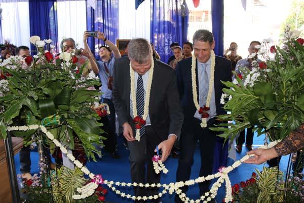 Regional Managing Director Grundfos Asia Pacific Region Kim Jensen dan General Manager Grundfos Indonesia dan Filipina Giancarlo Roggiolani saat meresmikan kantor cabang Surabaya, pada 6 Agustus 2019. - Istimewa