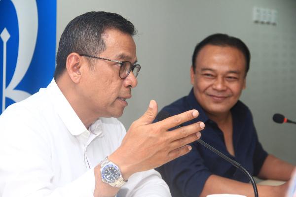Direktur Utama PT Bank BRI Agroniaga Tbk. Agus Noorsanto (kiri) bersama manajemen BRI Agro berkunjung ke kantor redaksi Bisnis Indonesia di Jakarta, Jumat (16/8/2019). - Bisnis/Triawanda Tirta Aditya