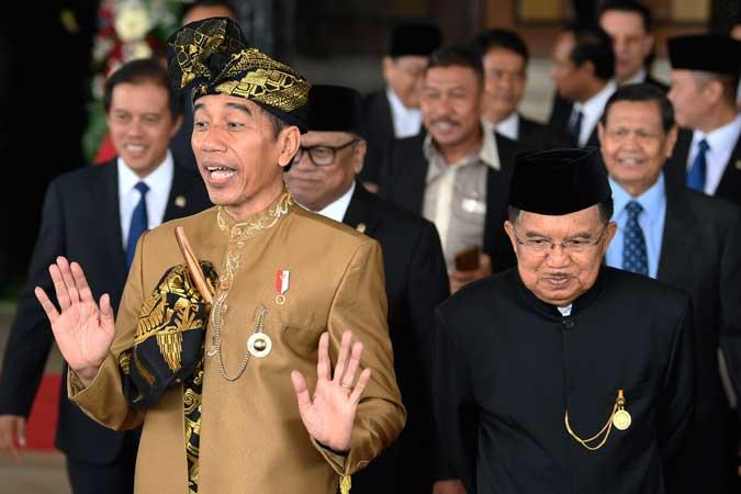 Presiden Joko Widodo (kiri) bersama Wakil Presiden Jusuf Kalla (kanan) menyapa jurnalis usai Sidang Bersama DPD/DPR di Kompleks Parlemen, Senayan, Jakarta