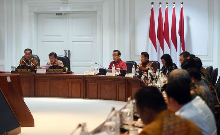 Presiden Joko Widodo (kiri) didampingi Wakil Presiden Jusuf Kalla (kedua kiri) memimpin rapat terbatas membahas tindak lanjut rencana pemindahan ibu kota, di Kantor Presiden, Jakarta, Senin (29/4/2019). - ANTARA/Akbar Nugroho Gumay