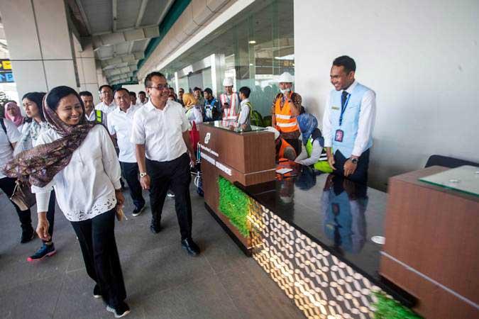 Menteri BUMN Rini Soemarno (kiri) didampingi Dirut AP I Faik Fahmi (kedua kiri) meninjau bandara Yogyakarta International Airport (YIA), Kulonprogo, DI Yogyakarta, Selasa (7/5/2019). - ANTARA/Andreas Fitri Atmoko