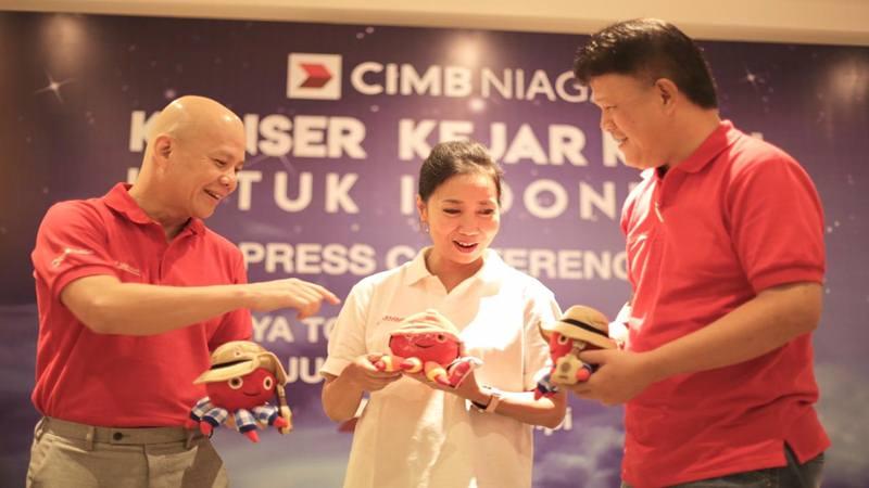 Direktur Human Resources CIMB Niaga Hedy Lapian (tengah) berbincang dengan Head of Sales and Distribution (S&D) Out Region CIMB Niaga Tony Tardjo (kiri) dan S&D Regional Head Jawa Tengah CIMB Niaga Ting Ananta Setiawan (kanan) di sela press conference Konser KejarMimpi untuk Indonesia di Semarang, Jumat (16/8/2019)./JIBI/Bisnis - Alif Nazzala Rizqi