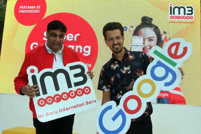 Director & Chief Operating Officer Indosat Ooredoo Vikram Sinha (kiri) bersama Director Android Partnerships, South East Asia and South Asia Google Mahir Sahin memperlihatkan logo kedua perusahaan di Jakarta, Rabu (3/7/2019). - Bisnis/Endang Muchtar