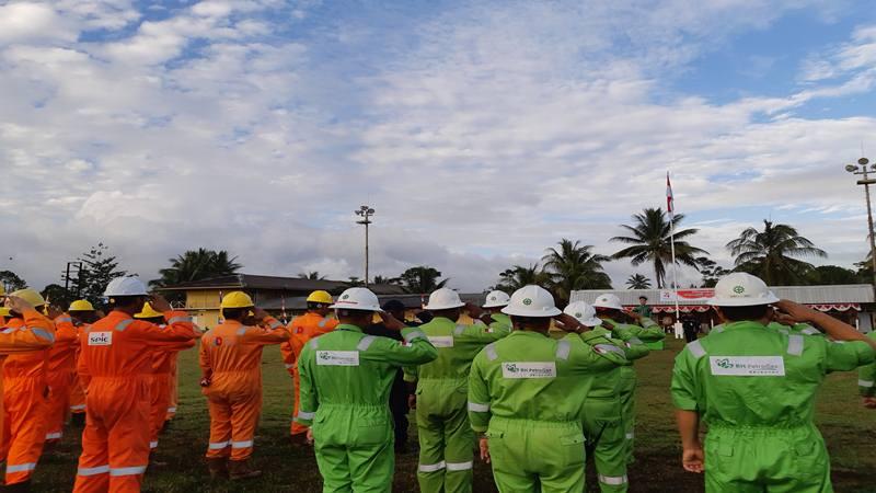 Karyawan Petrogas Basin Ltd. memperingati HUT Kemerdekaan Republik Indonesia ke-74 di area operasi Lapangan Kasim Marine Terminal, Blok Kepala Burung. JIBI/Bisnis - David E Issetiabudi