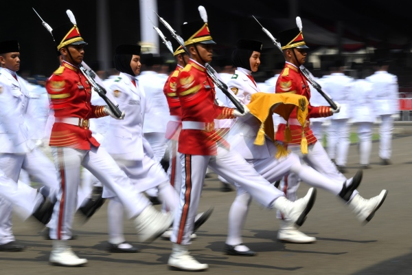 Pasukan Pengibar Bendera Pusaka (Paskibraka) mengikuti gladi bersih Upacara Peringatan Detik-detik Proklamasi 17 Agustus di halaman Istana Merdeka, Jakarta, Kamis (15/8). - ANTARA FOTO/Wahyu Putro