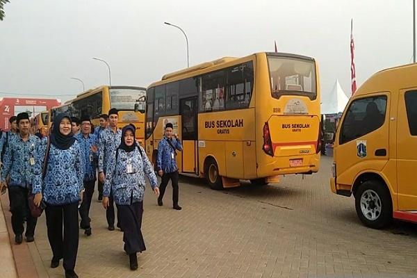 Aaratur Sipil Negara DKI Jakarta turun dari bus yang difasilitasi untuk menuju Pantai D Reklamasi atau Pantai Maju untuk upacara memperingati HUT RI ke 74, Sabtu (17/8/2019). - Antara