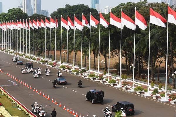 Rombongan mobil yang membawa Presiden Joko Widodo meninggalkan Kompleks Parlemen usai Sidang RAPBN di Senayan, Jakarta, Kamis (16/8). - Antara