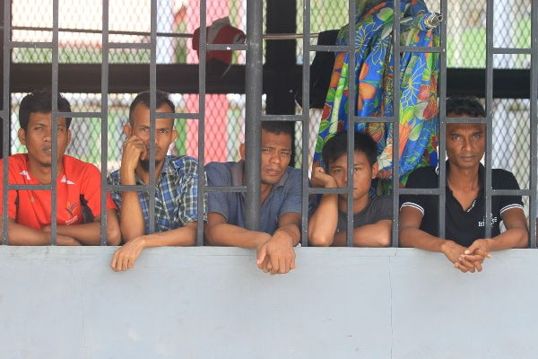 Sejumlah narapidana yang tidak mendapatkan remisi berada didalam jeruji besi saat upacara pemberian remisi di halaman Lembaga Pemasyarakatan (Lapas) kelas II B Meulaboh, Aceh Barat, Aceh, Sabtu (17/8/2019). Menurut keterangan kalapas kelas II B Meulaboh Jumadi, sebanyak 226 narapidana mendapatkan remisi mulai 1 bulan sampai 6 bulan dalam rangka menyambut HUT Ke-74 Kemerdekaan RI. - ANTARA FOTO/Syifa Yulinnas
