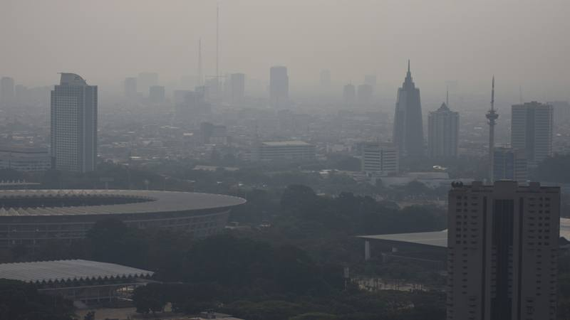 Suasana gedung-gedung bertingkat yang diselimuti asap polusi di Jakarta, Senin (29/7/2019). - ANTARA