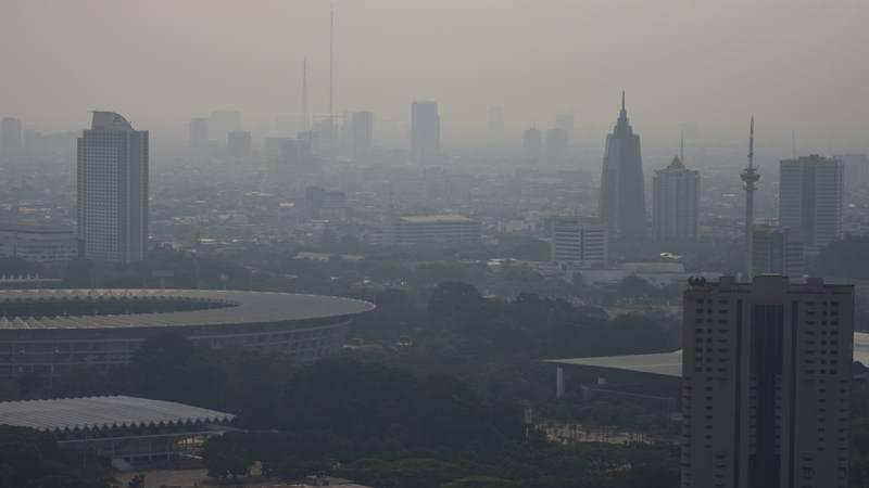 Suasana gedung-gedung bertingkat di Jakarta diselimuti asap polusi. - Antara