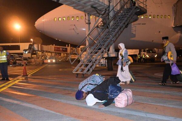 Dua orang jemaah haji asal Kabupaten Magetan melakukan sujud syukur seusai kembali dengan selamat di Bandara Internasional Juanda, Minggu (18/8/2019) dini hari. Dembarkasi Surabaya menjadi salah satu penerima kedatangan pertama gelombang kepulangan jemaah haji yang dijadwalkan menerima 3 penerbangan. - JIBI