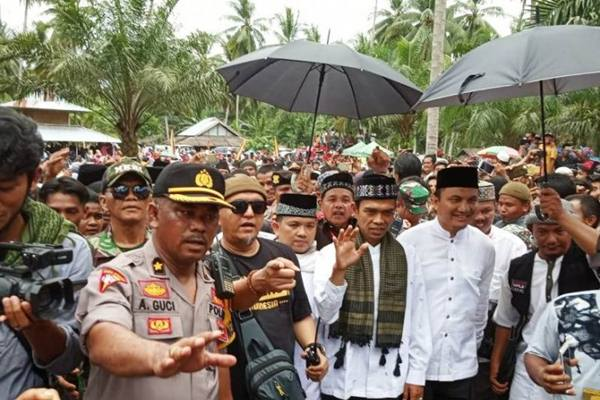 Ustaz Abdul Somad di Padang Gajah Mati, Jorong Sago, Nagari Manggopoh, Kecamatan Lubukbasung, Kabupaten Agam, Senin (4/3/2019). - Antara