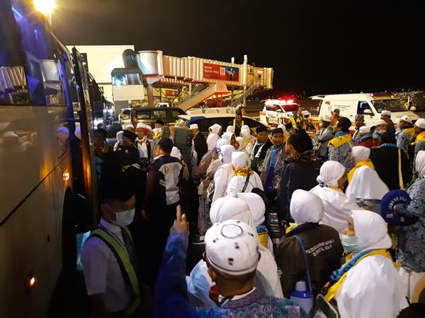 Jemaah haji debarkasi Surabaya mulai tiba di Tanah Air - Bisnis/Rinaldi M Azka