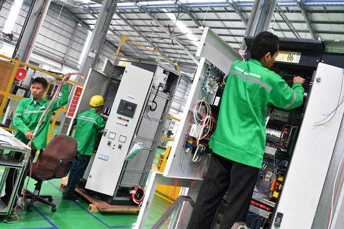 Pekerja merakit panel listrik yang diproduksi di pabrik pintar Schneider Electric Indonesia, Cikarang, Jawa Barat, Selasa (25/6/2019). - ANTARA/Sigid Kurniawan