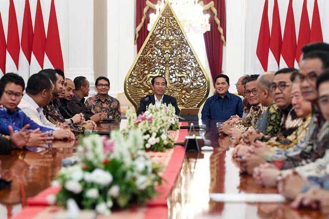 Presiden Joko Widodo (tengah) menerima pengurus Kamar Dagang dan Industri (Kadin) Indonesia dan pengurus Himpunan Pengusaha Muda Indonesia (Hipmi) di Istana Merdeka, Jakarta, Rabu (12/6/2019). - ANTARA/Wahyu Putro A