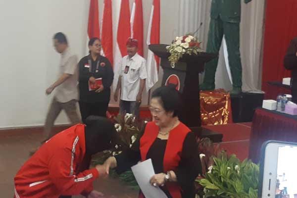 : Walikota Surabaya Tri Rismaharini menerima jabatan sebagai Ketua DPP Partai Demokrasi Indonesia Perjuangan (PDIP) setelah dilantik Ketua Umum Megawati Soekarnoputri di kantor PDIP, Jakarta, Senin (19/8 - 2019).