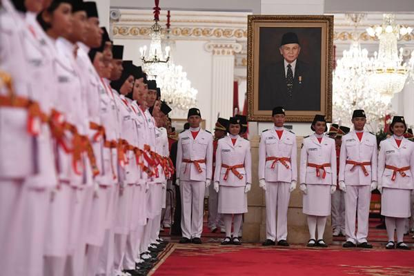 Anggota Pasukan Pengibar Bendera Pusaka (Paskibraka) mengikuti upacara pengukuhan di Istana Negara, Jakarta, Rabu (15/8). Presiden mengukuhkan sebanyak 68 anggota Paskibraka yang akan bertugas pada peringatan detik-detik Proklamasi 17 Agustus. - Antara