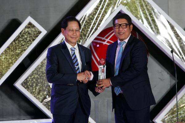 Presiden Direktur BCA Jahja Setiaatmadja (kiri) menerima penghargaan Lifetime Achievement yang diserahkan oleh Direktur Utama PT Bursa Efek Indonesia Inarno Djajadi (kanan) pada ajang IDX Channel Innovation Awards 2019 di Jakarta,