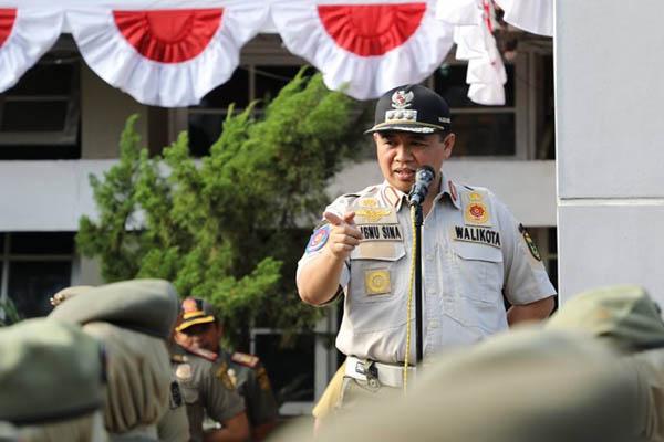 Walikota Banjarmasin Ibnu Sina saat memberikan pengarahan kepada Satpol PP Banjarmasin - Bisnis/Arief Rahman