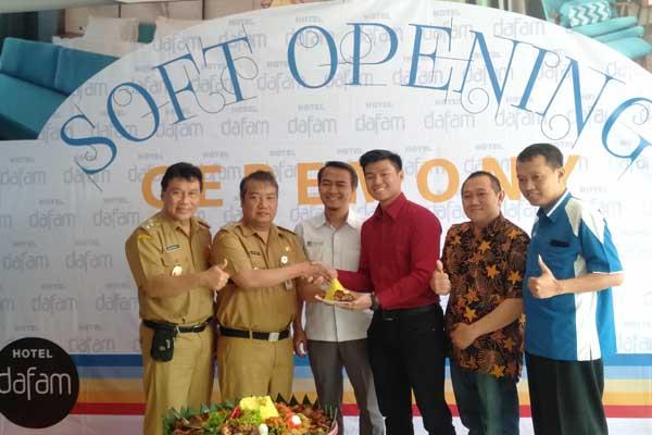 Bupati Kabupaten Wonosobo Eko Purnomo (tengah) saat memberikan tumpeng kepada Direktur Utama PT Kunci Jaya Rivando Wirjawan tanda dibukanya Hotel Dafam Wonosobo Senin (19/8) - Alif