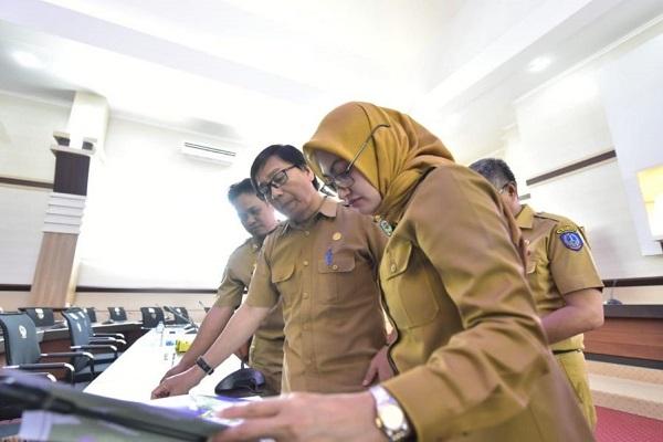 Bupati Indah bersama PLH. Bappeda, Suaib Mansyur melihat peta secara seksama di Ruang Pola Kantor Gubernur Sulsel.