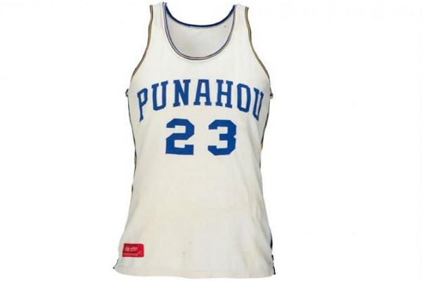 Kostum tim bola basket yang pernah dikenakan mantan presiden Amerika Serikat Barack Obama sewaktu masih menjadi pelajar SMA Punahou di Hawaii. - Antara