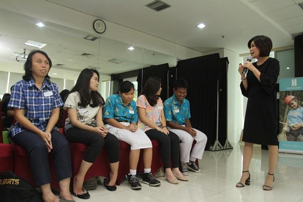Executive Vice President Center of Digital BCA Wani Sabu bersama beberapa siswa disabilitas - istimewa