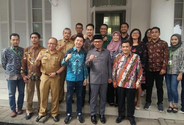 CEO Tokopedia William Tanuwidjaya (batik biru, keempat kiri baris depan) usai bertemu Gubernur Jabar Ridwan Kamil di Pakuan, Bandung, Selasa (20/8/2019). - Bisnis/Wisnu Wage