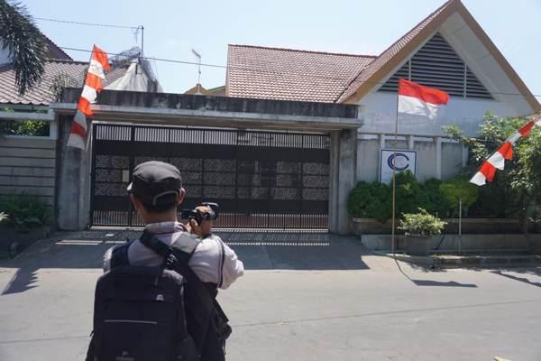 Kantor Kusuma Tjandra Contractor di Desa Baturan, Kecamatan Colomadu, Karanganyar, Jawa Tengah, disegel oleh KPK. (Solopos/Ichsan Kholif Rahman)