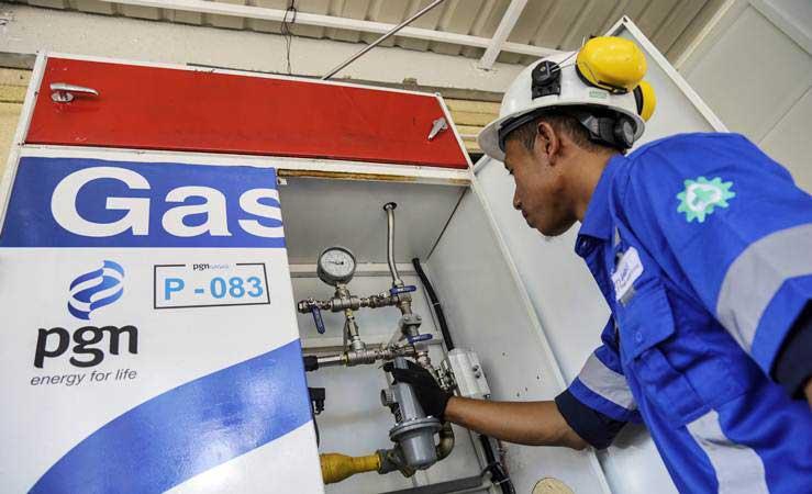 Petugas PT Gagas Energi Indonesia, anak perusahaan PT PGN Tbk, memeriksa instalasi Gaslink salah satu hotel yang menjadi pelanggan komersial di Batam, Kepulauan Riau, Kamis (14/3/2019). - ANTARA/M N Kanwa