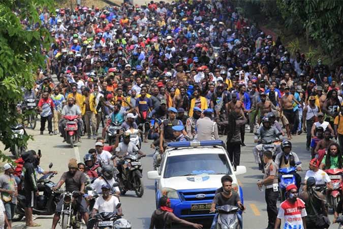 Massa melakukan aksi di Jayapura, Senin (19/8/2019). Aksi tersebut untuk menyikapi peristiwa yang dialami mahasiswa asal Papua di Surabaya, Malang dan Semarang. Antara - Gusti Tanati