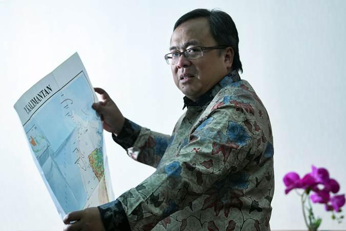 Menteri PPN/Kepala Badan Perencanaan Pembangunan Nasional Bambang Brodjonegoro memegang peta Pulau Kalimantan di sela-sela wawancara tentang rencana pemindahan lokasi ibu kota, di Kantor Kementerian PPN, Jakarta, Selasa (30/7/2019). - ANTARA/Wahyu Putro A