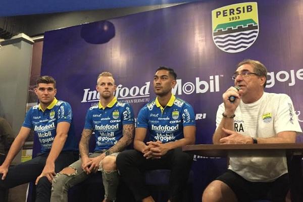 Tiga pemain asing terbaru Persib bersama pelatih Robert Abert - Bisnis/Dea Andriyawan