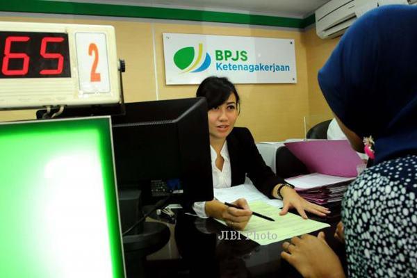 Karyawan BPJS Ketenagakerjaan tengah melayani peserta penjaminan. - Bisnis.com
