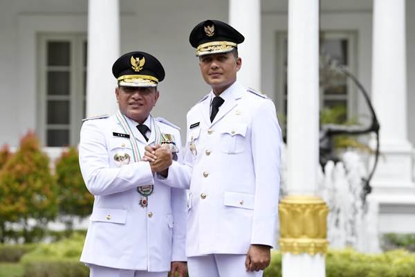 Gubernur Sumatra Utara Edy Rahmayadi (kiri) bersama Wakil Gubernur Musa Rajekshah (kanan) melakukan salam komando usai pelantikan di Istana Negara, Jakarta, Rabu (5/9/2018). - ANTARA/Puspa Perwitasari