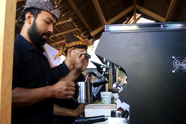 Ilustrasi. Barista memproses kopi dengan mesin. - ANTARA /Budi Candra