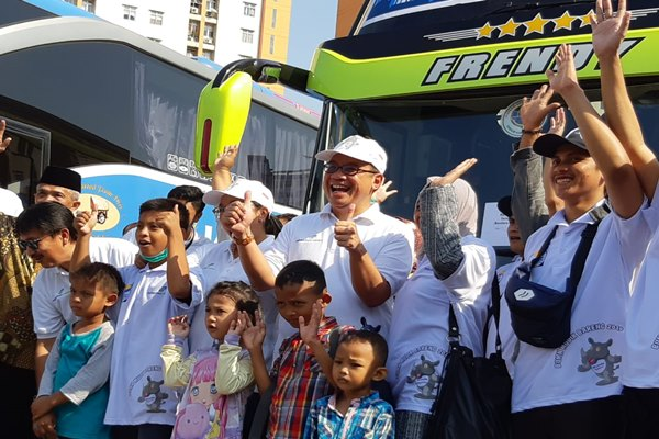 Dirut AP I Faik Fahmi (tengah) berfoto bersama rombongan peserta mudik gratis bersama AP I, Jumat (31/5/2019). - Bisnis/Rio Sandy Pradana