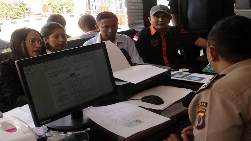 Kuasa hukum organisasi massa (ormas) Brigade Meo, Yacoba Susanti Siubelan (kiri) bersama sejumlah kuasa hukum lainnya dan Ketua Brigade Meo NTT Jacobis Mercy Siubean (kanan), melaporkan Ustaz Abdul Somad ke Polda NTT di Kota Kupang, NTT, Senin (19/8/2019). - Antara