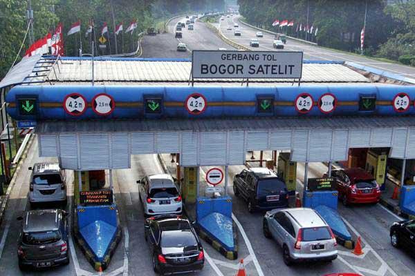 Kendaraan roda empat antre di gerbang jalan tol Bogor Satelite, Kota Bogor, Jawa Barat, Selasa (5/9). - ANTARA/Yulius Satria Wijaya