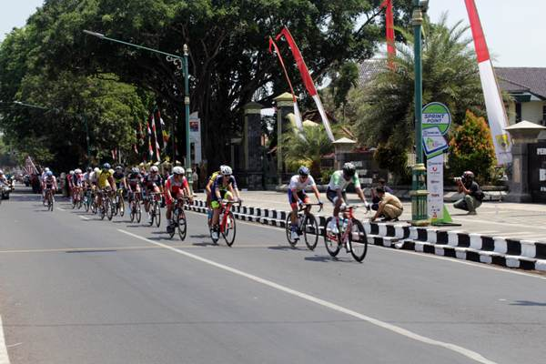 Peserta Tour de Indonesia 2019 melintas di garis sprint point III di depan Kantor Dinas Bupati Sragen