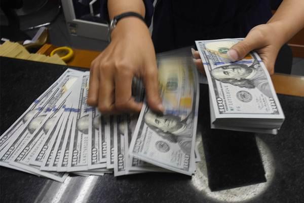 Petugas kasir menghitung mata uang dolar Amerika Serikat di tempat penukaran uang, di Jakarta, Selasa (2/10/2018). - ANTARA/Indrianto Eko Suwarso