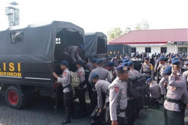 Personel Brimob Polda Sultra menaikan perlengkapan pengamanan sesaat sebelum diberangkatkan ke Bandar Udara Haluoleo menuju Monokwari, Papua Barat di Lapangan Upacara Brimob Polda Sultra, Kendari, Sulawesi Tenggara, Selasa (20/8/2019). - Antara/Jojon