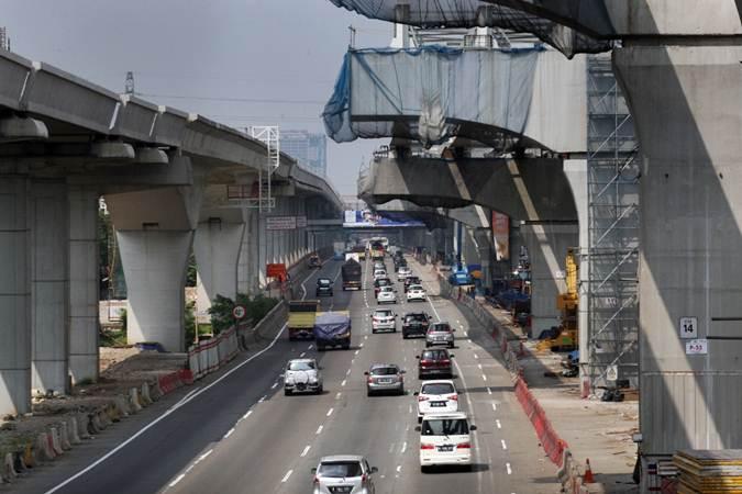 Kendaraan melintas di dekat proyek pembangunan Light Rapid Transit (LRT) dan tol layang Jakarta Cikampek, di Bekasi, Jawa Barat, Senin (10/6/2019). - Bisnis/Dedi Gunawan