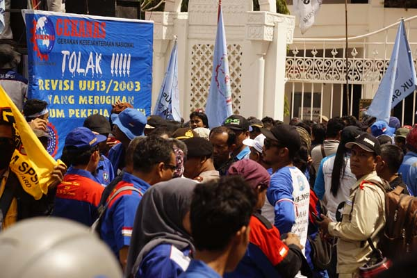 Aksi buruh di depan kantor Pemkot Batam - Bisnis/Bobi Bani.