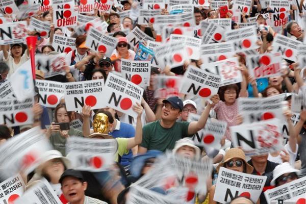 Warga Korea Selatan mengadakan unjuk rasa anti-Jepang di dekat kedutaan besar Jepang di Seoul, Korea Selatan, 3 Agustus 2019. - Reuters/Kim Hong/Ji