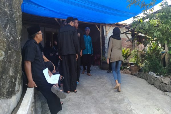 Warga melayat ke rumah tempat disemayamkannya jenazah Andri Novianto atau Wondri di Bauresan RT 004/RW 002, Giritirto, Wonogiri, Rabu (21/8/2019). (Solopos - Rudi Hartono)