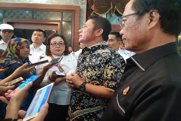 Gubernur Sumsel Herman Deru bersama Kepala Kejaksaan Tinggi Sumatra Selatan Sugeng Pramono saat memberikan pemaparan kepada wartawan. - Bisnis/Dinda Wulandari
