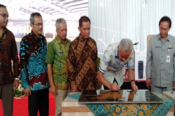 : Gubernur Jawa Tengah Ganjar Pranowo (tengah) melakukan penandatanganan meresmikan BPSP 9 di Kawasan Industri Wijayakusuma Semarang - Alif