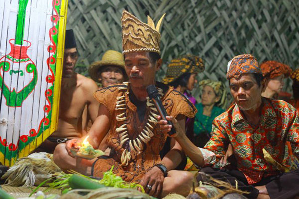 Ilustrasi: Kepala adat suku Liyu memimpin ritual Nyerah Ngemonta (menyerahkan hasil panen) yang merupakan rangkaian acara Mesiwah Pare Gumboh di Desa Liyu, Kabupaten Balangan, Kalimantan Selatan. - Antara/Bayu Pratama